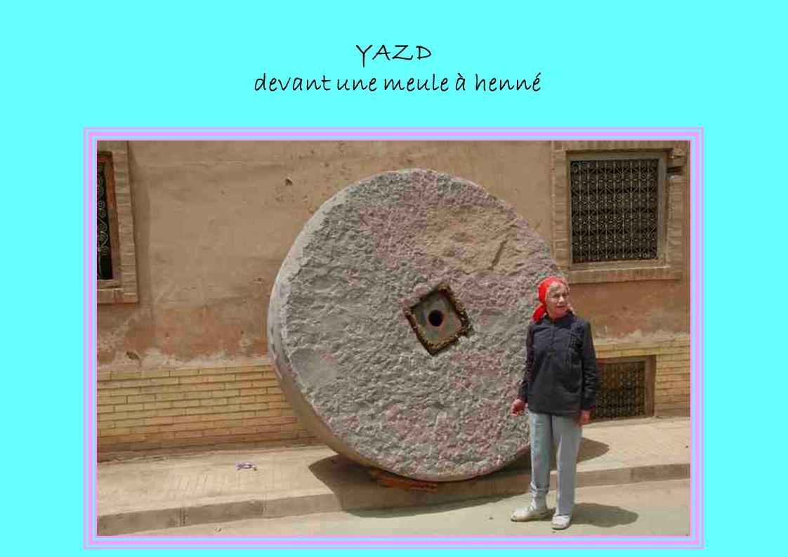 YAZD devant une meule à henné