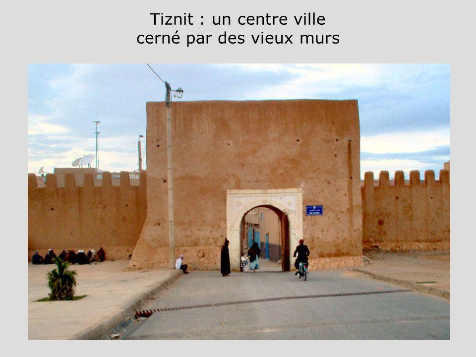 Tiznit : un centre ville cerné par des vieux murs