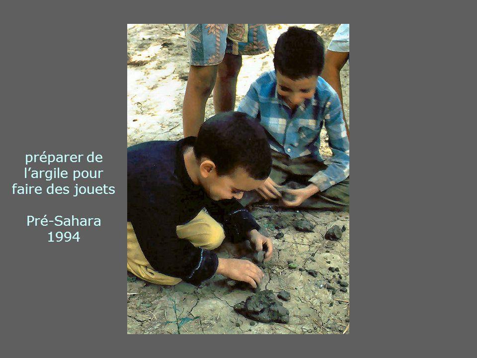 préparer de l'argile pour faire des jouets Pré-Sahara 1994