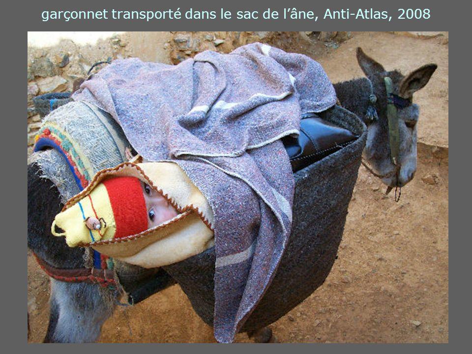garçonnet transporté dans le sac de l'âne, Anti-Atlas, 2008