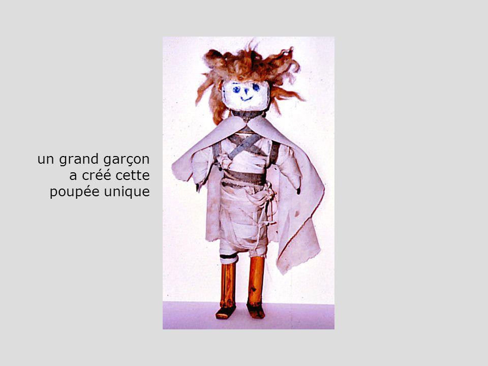 un grand garçon a créé cette poupée unique