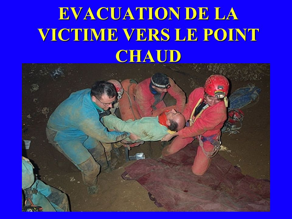 EVACUATION DE LA VICTIME VERS LE POINT CHAUD