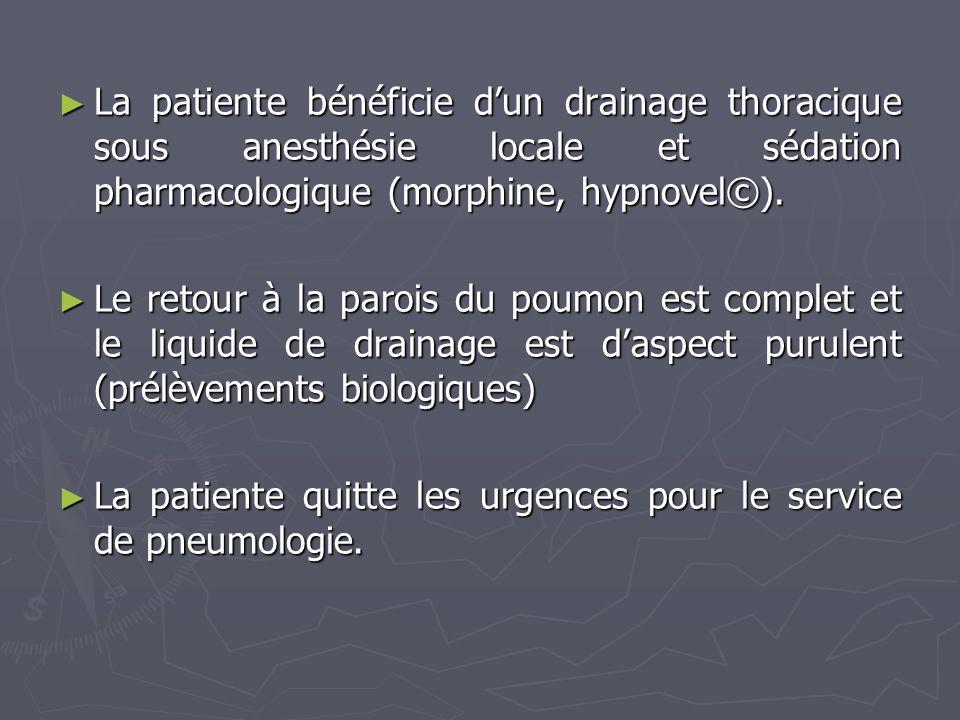 La patiente bénéficie d'un drainage thoracique sous anesthésie locale et sédation pharmacologique (morphine, hypnovel©).