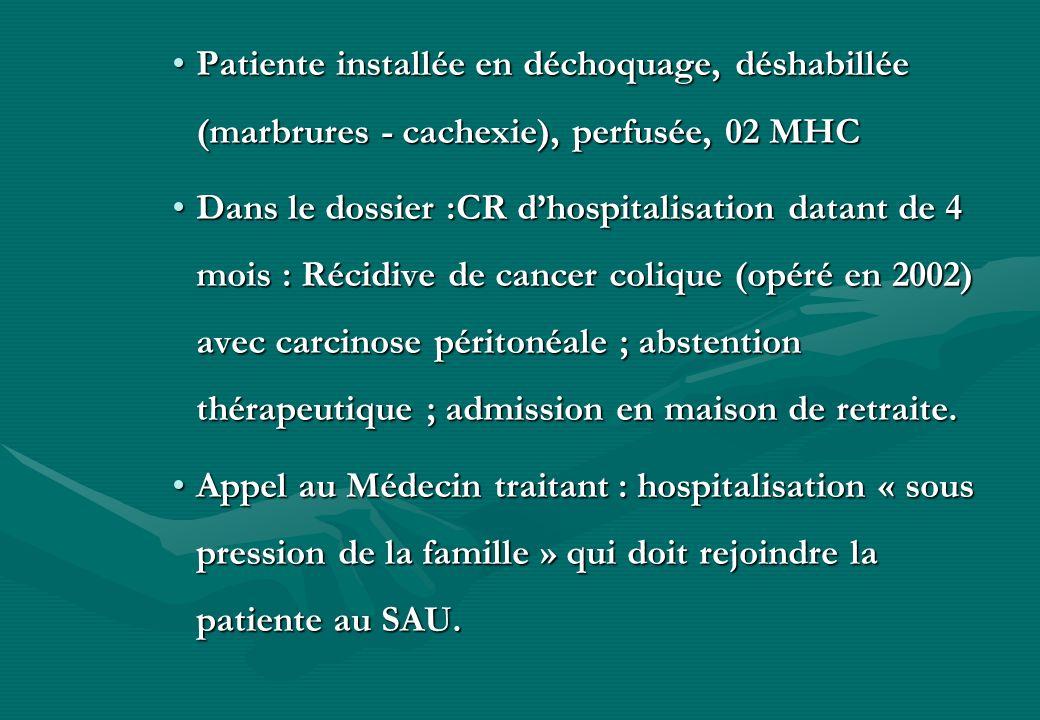 Patiente installée en déchoquage, déshabillée (marbrures - cachexie), perfusée, 02 MHC