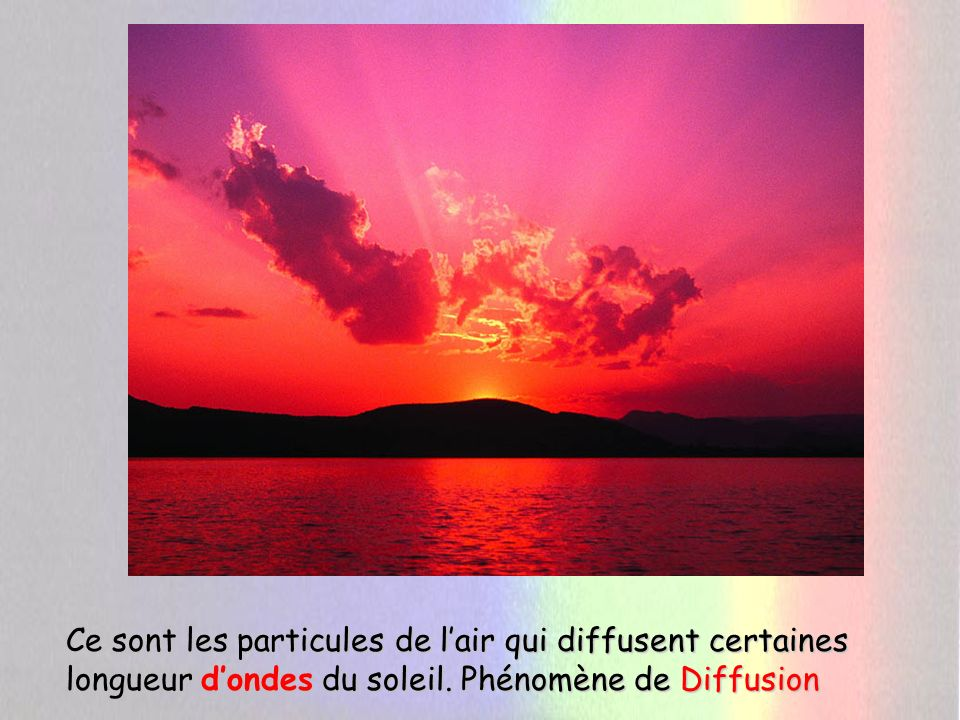 Ce sont les particules de l'air qui diffusent certaines longueur d'ondes du soleil.
