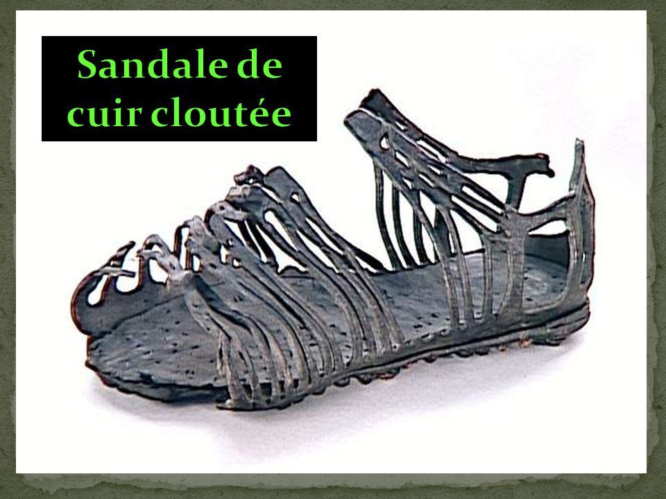 Sandale de cuir cloutée