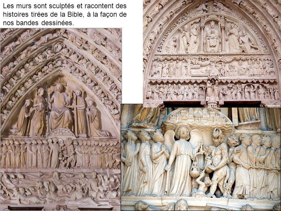 Les murs sont sculptés et racontent des histoires tirées de la Bible, à la façon de nos bandes dessinées.