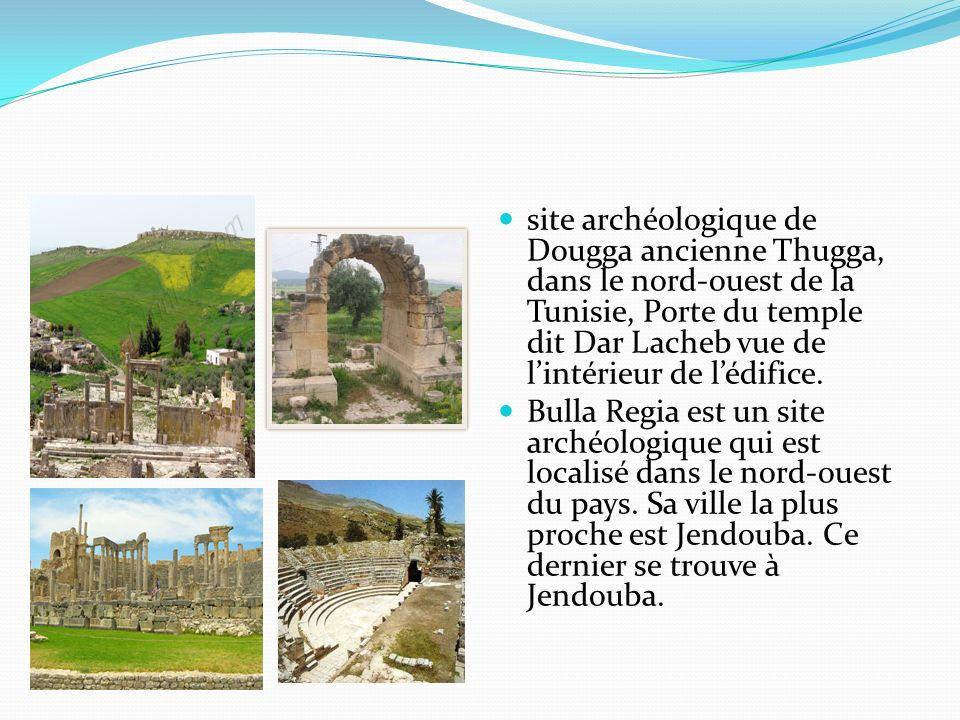 site archéologique de Dougga ancienne Thugga, dans le nord-ouest de la Tunisie, Porte du temple dit Dar Lacheb vue de l'intérieur de l'édifice.