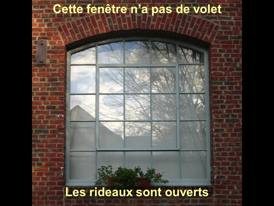Cette fenêtre n'a pas de volet Les rideaux sont ouverts