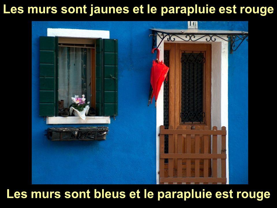 Les murs sont jaunes et le parapluie est rouge