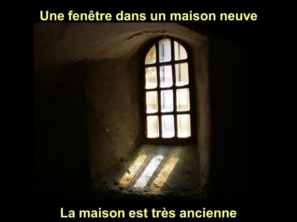 Une fenêtre dans un maison neuve La maison est très ancienne