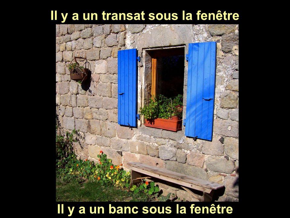 Il y a un transat sous la fenêtre Il y a un banc sous la fenêtre