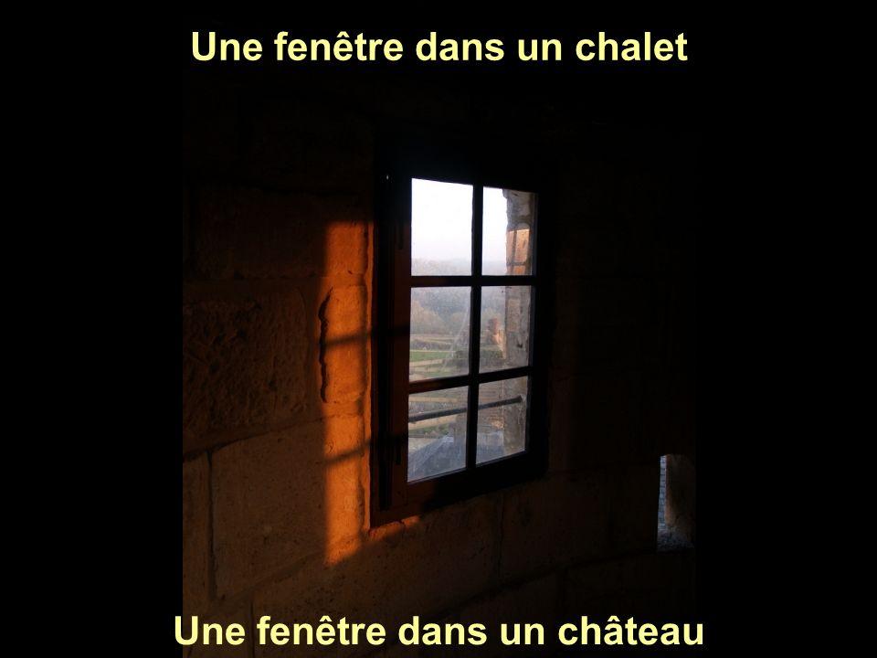 Une fenêtre dans un chalet Une fenêtre dans un château