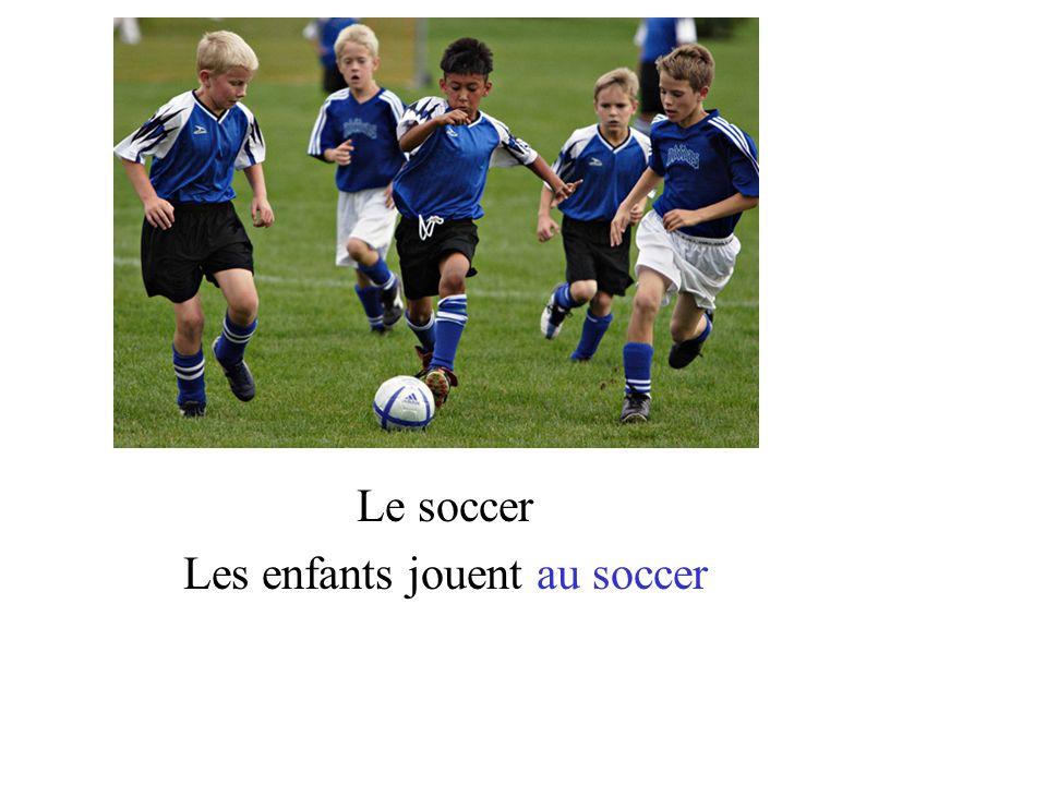 Les enfants jouent au soccer