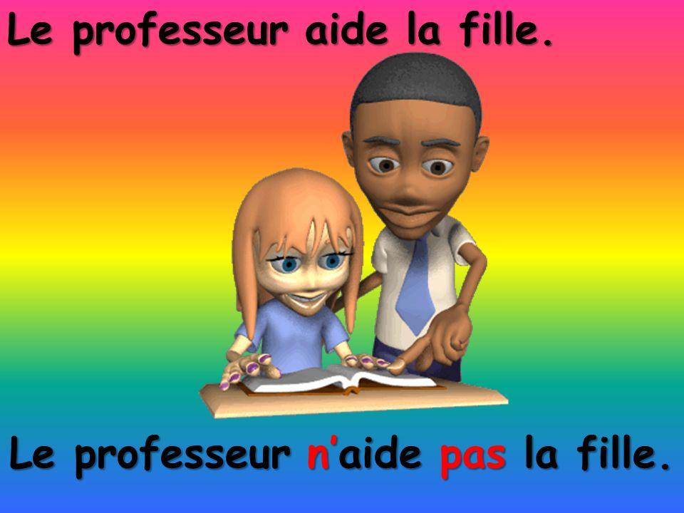 Le professeur n'aide pas la fille.