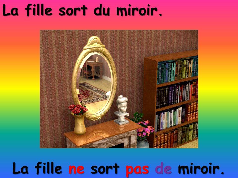 La fille ne sort pas de miroir.