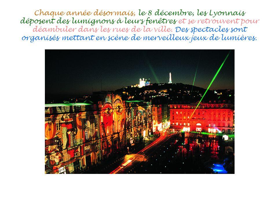 Chaque année désormais, le 8 décembre, les Lyonnais déposent des lumignons à leurs fenêtres et se retrouvent pour déambuler dans les rues de la ville.