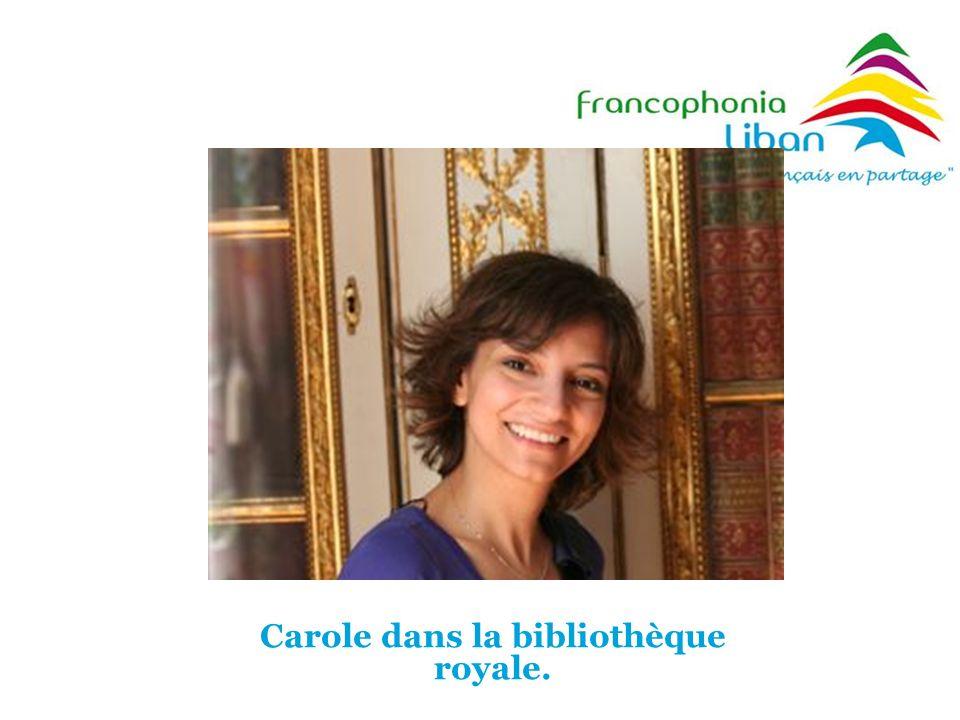 Carole dans la bibliothèque royale.