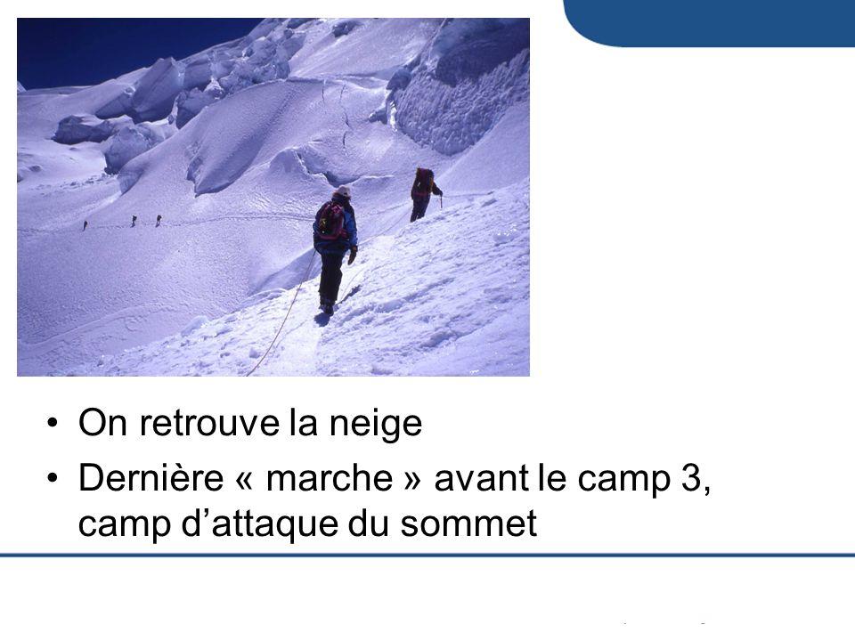 On retrouve la neige Dernière « marche » avant le camp 3, camp d'attaque du sommet