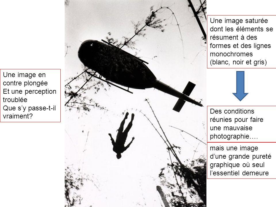 Une image saturée dont les éléments se résument à des formes et des lignes monochromes (blanc, noir et gris)