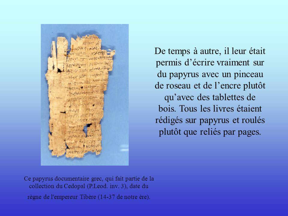 De temps à autre, il leur était permis d'écrire vraiment sur du papyrus avec un pinceau de roseau et de l'encre plutôt qu'avec des tablettes de bois. Tous les livres étaient rédigés sur papyrus et roulés plutôt que reliés par pages.