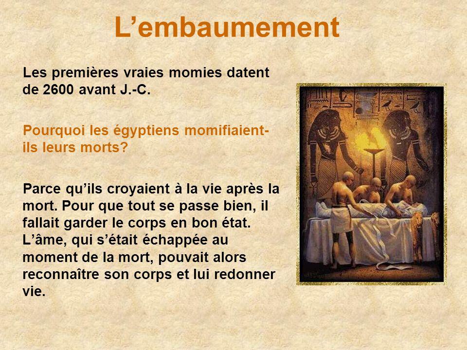 L'embaumement Les premières vraies momies datent de 2600 avant J.-C.