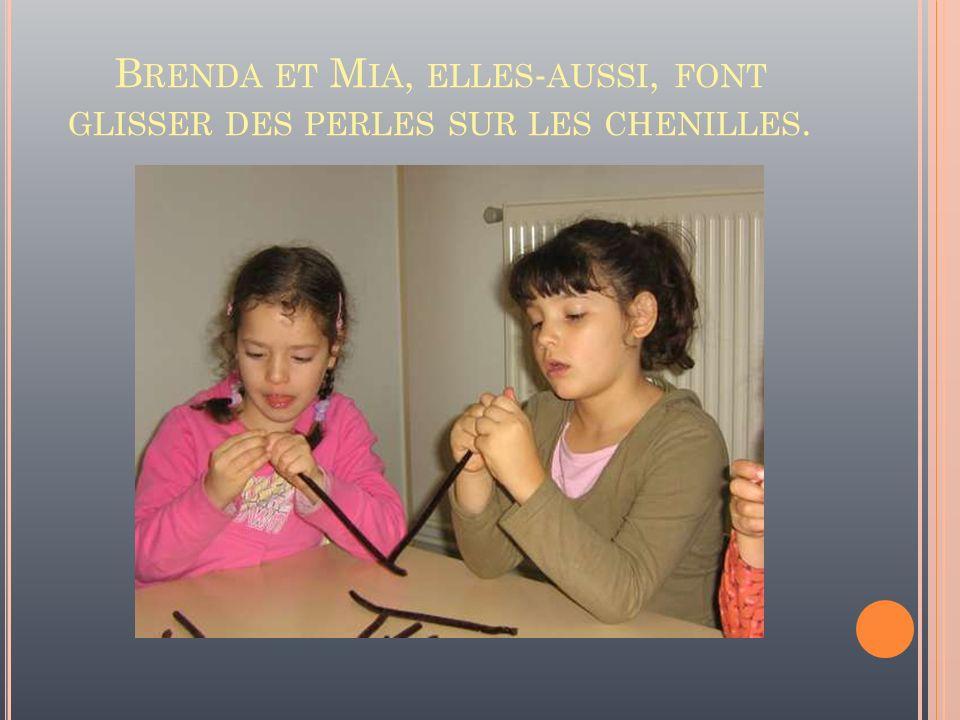 Brenda et Mia, elles-aussi, font glisser des perles sur les chenilles.