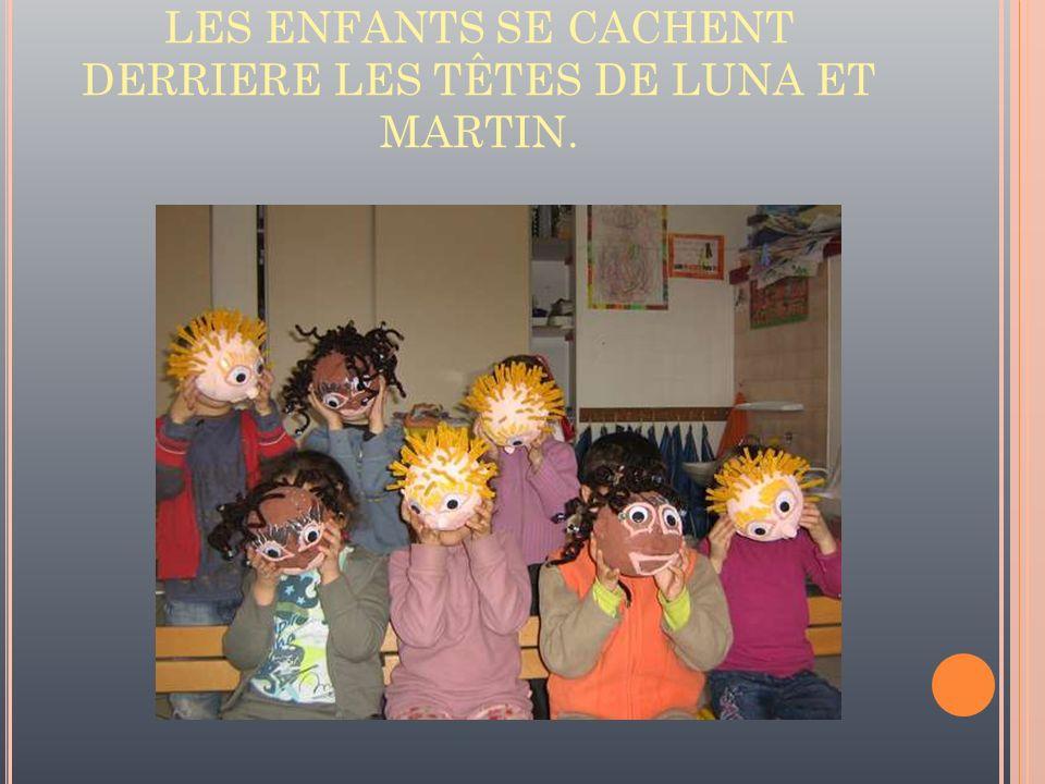 LES ENFANTS SE CACHENT DERRIERE LES TÊTES DE LUNA ET MARTIN.