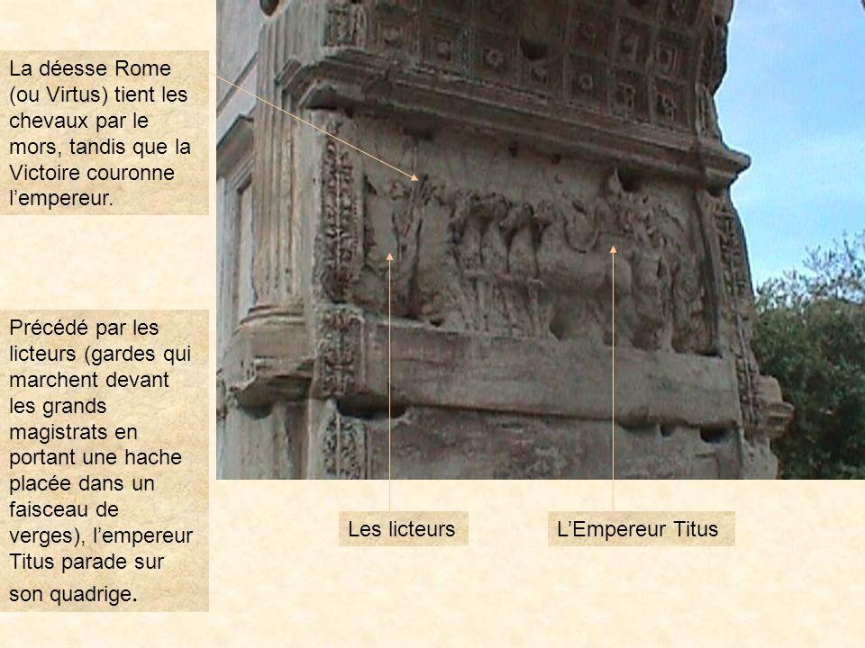 La déesse Rome (ou Virtus) tient les chevaux par le mors, tandis que la Victoire couronne l'empereur.