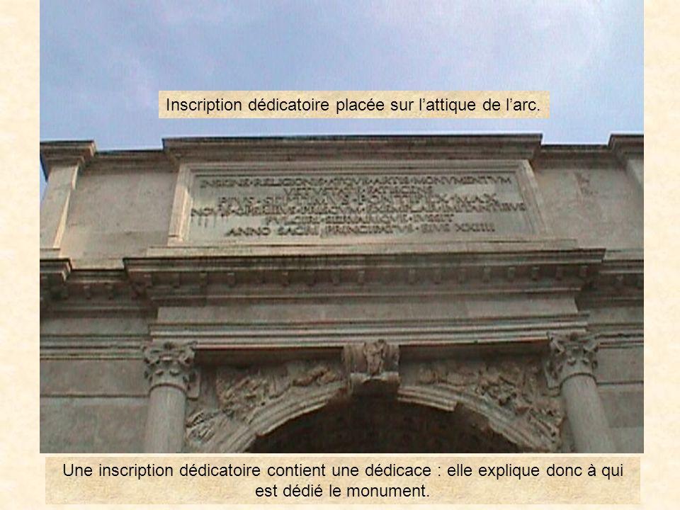Inscription dédicatoire placée sur l'attique de l'arc.