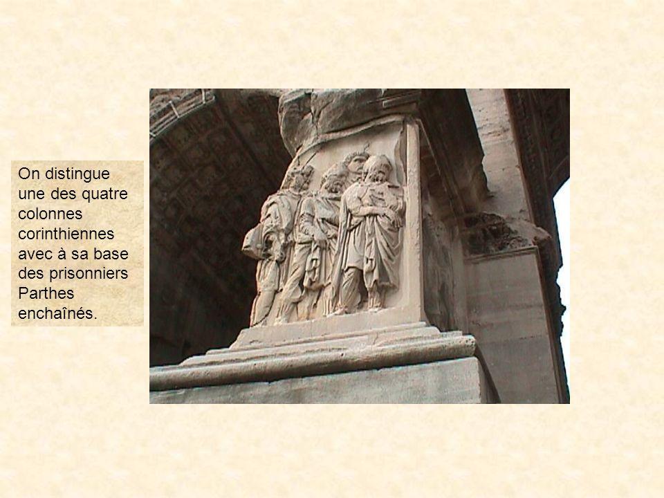 photo41On distingue une des quatre colonnes corinthiennes avec à sa base des prisonniers Parthes enchaînés.