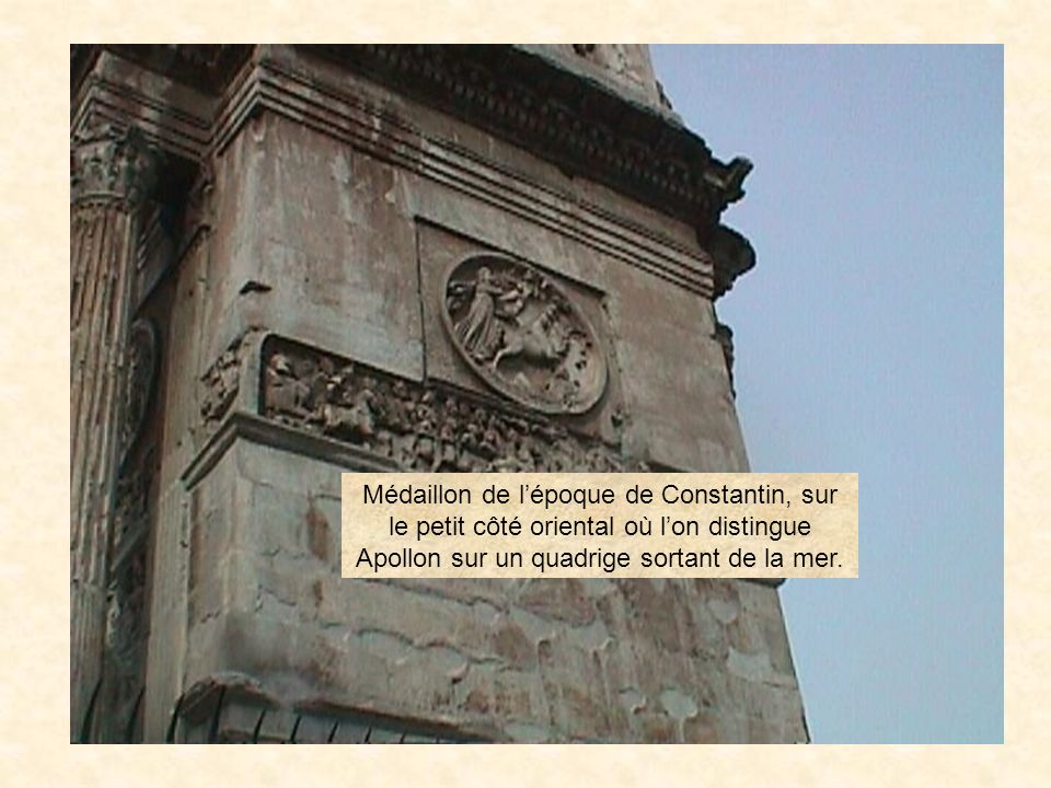 photo62 Médaillon de l'époque de Constantin, sur le petit côté oriental où l'on distingue Apollon sur un quadrige sortant de la mer.