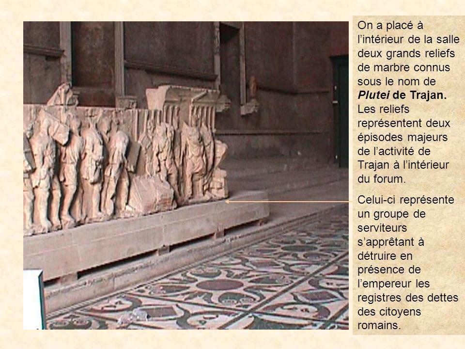 On a placé à l'intérieur de la salle deux grands reliefs de marbre connus sous le nom de Plutei de Trajan. Les reliefs représentent deux épisodes majeurs de l'activité de Trajan à l'intérieur du forum.