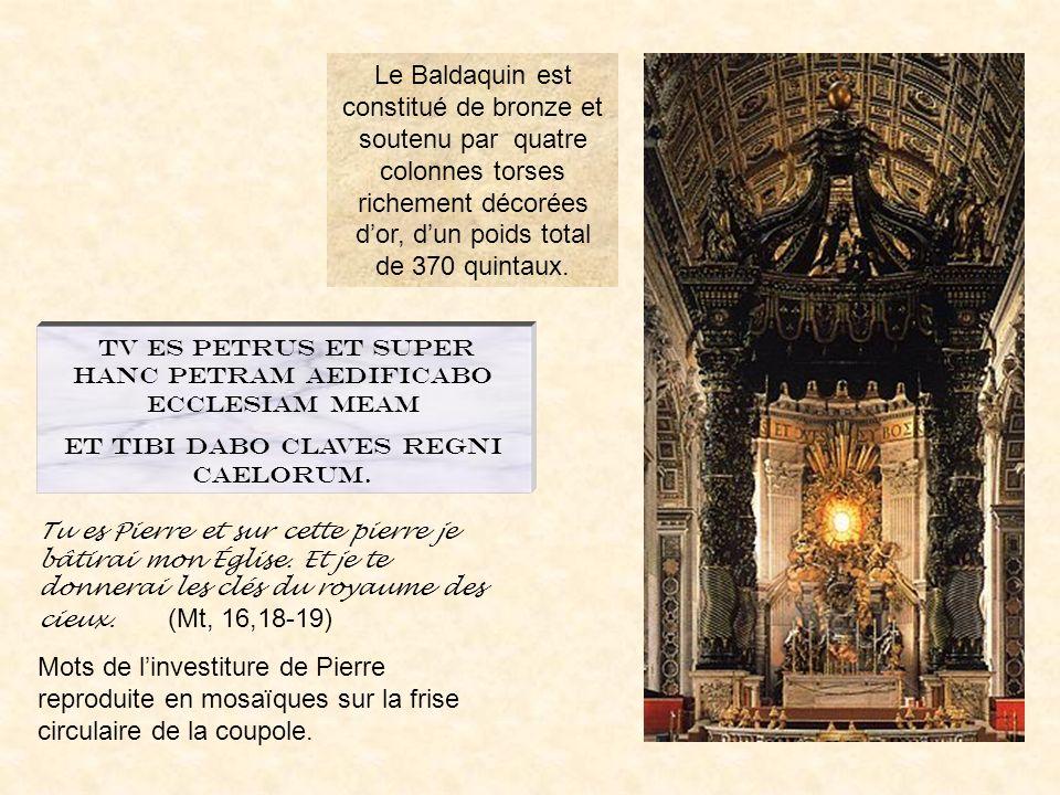 Le Baldaquin est constitué de bronze et soutenu par quatre colonnes torses richement décorées d'or, d'un poids total de 370 quintaux.