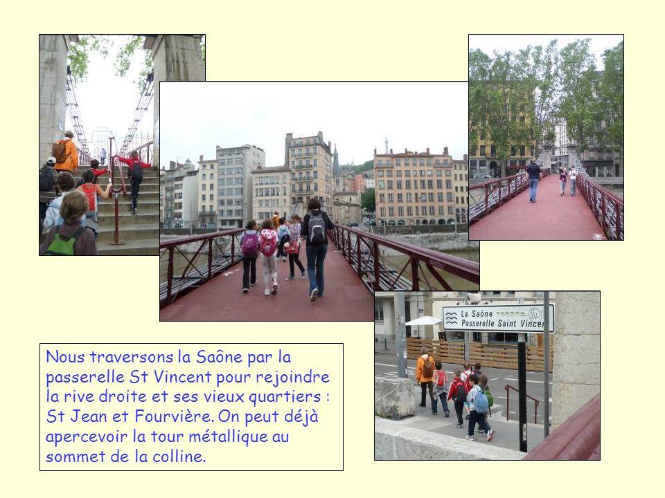 Nous traversons la Saône par la passerelle St Vincent pour rejoindre la rive droite et ses vieux quartiers : St Jean et Fourvière.