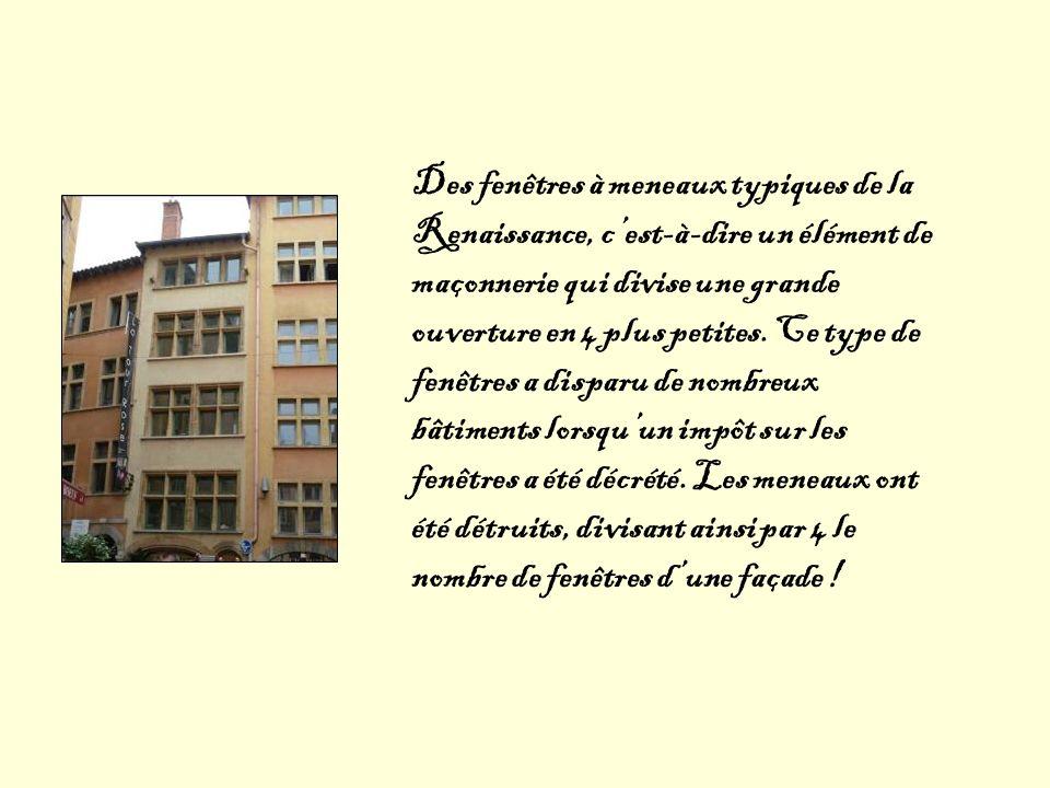 Des fenêtres à meneaux typiques de la Renaissance, c'est-à-dire un élément de maçonnerie qui divise une grande ouverture en 4 plus petites.