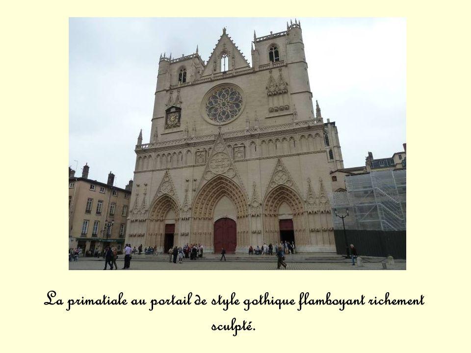 La primatiale au portail de style gothique flamboyant richement sculpté.