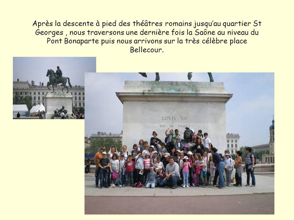 Après la descente à pied des théâtres romains jusqu'au quartier St Georges , nous traversons une dernière fois la Saône au niveau du Pont Bonaparte puis nous arrivons sur la très célèbre place Bellecour.