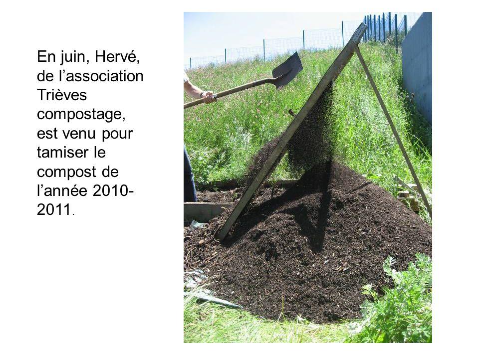 En juin, Hervé, de l'association Trièves compostage, est venu pour tamiser le compost de l'année 2010-2011.