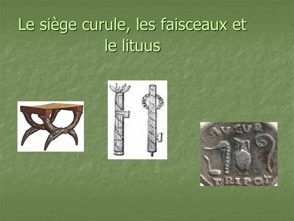 Le siège curule, les faisceaux et le lituus