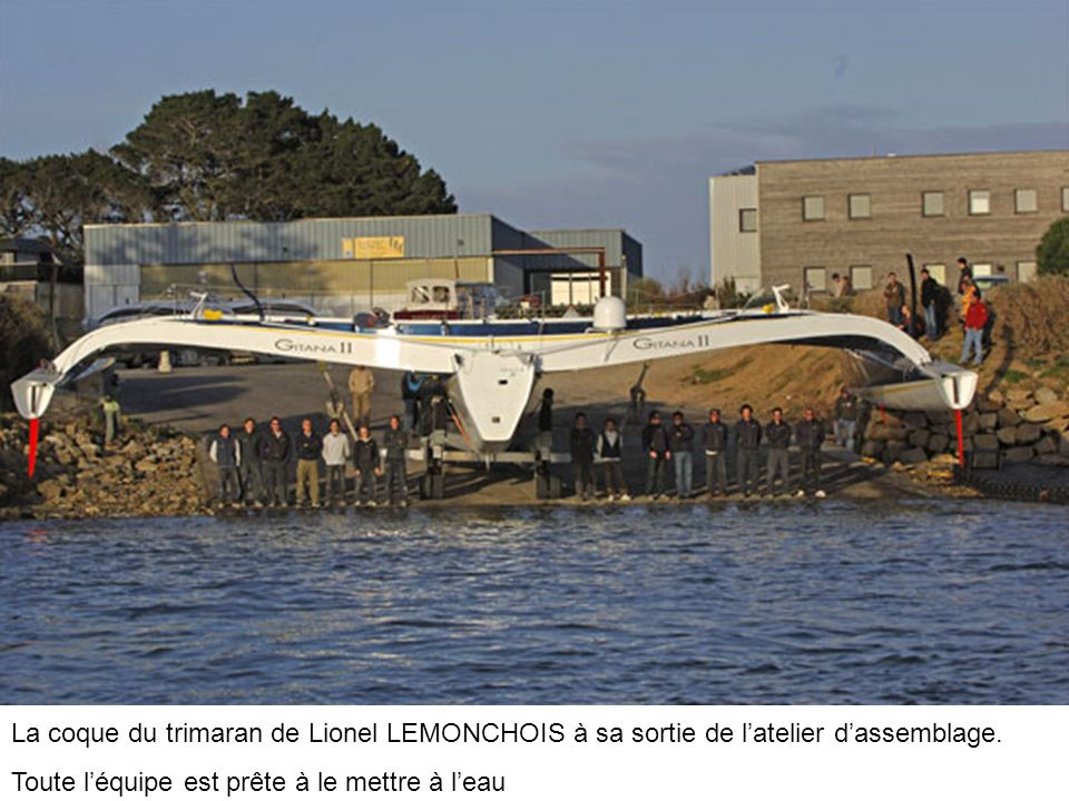 La coque du trimaran de Lionel LEMONCHOIS à sa sortie de l'atelier d'assemblage.