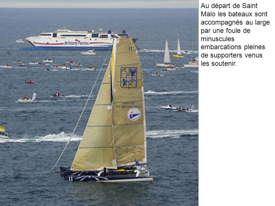 Au départ de Saint Malo les bateaux sont accompagnés au large par une foule de minuscules embarcations pleines de supporters venus les soutenir.