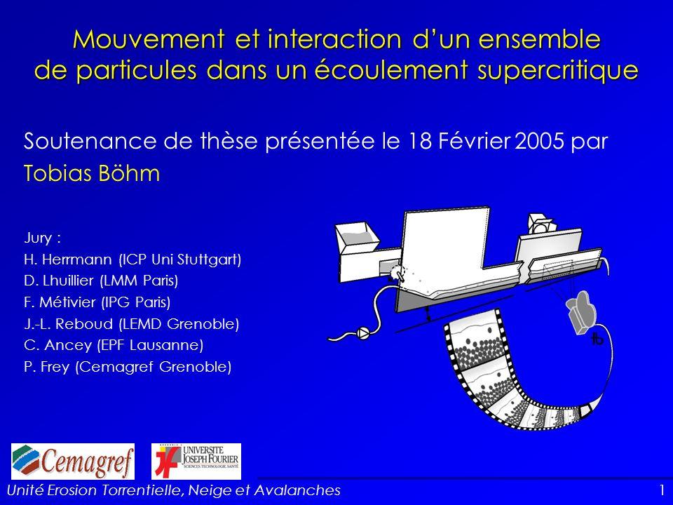 Mouvement et interaction d'un ensemble de particules dans un écoulement supercritique