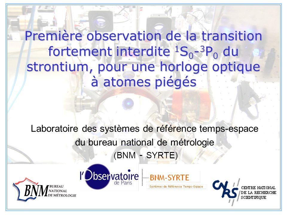 Première observation de la transition fortement interdite 1S0-3P0 du strontium, pour une horloge optique à atomes piégés