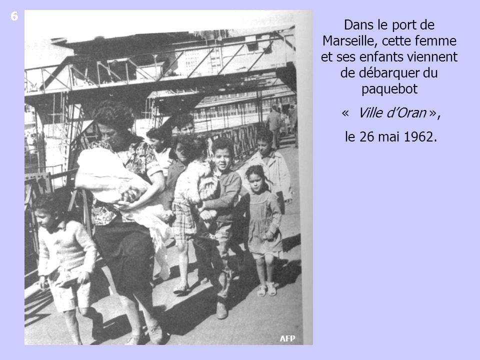6 Dans le port de Marseille, cette femme et ses enfants viennent de débarquer du paquebot. « Ville d'Oran »,