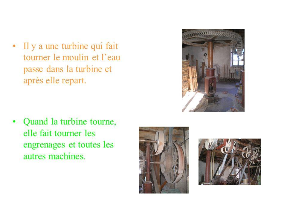 Il y a une turbine qui fait tourner le moulin et l'eau passe dans la turbine et après elle repart.