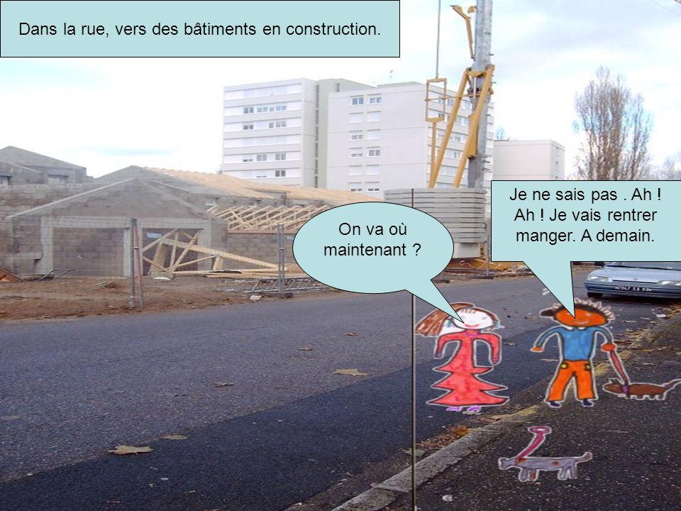 Dans la rue, vers des bâtiments en construction.