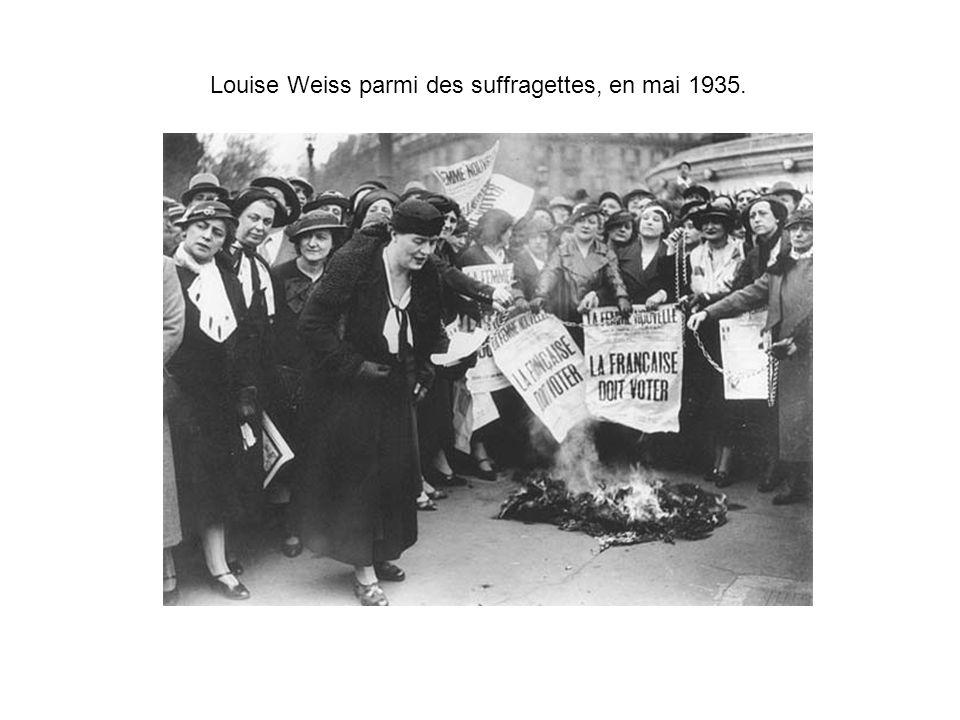 Louise Weiss parmi des suffragettes, en mai 1935.