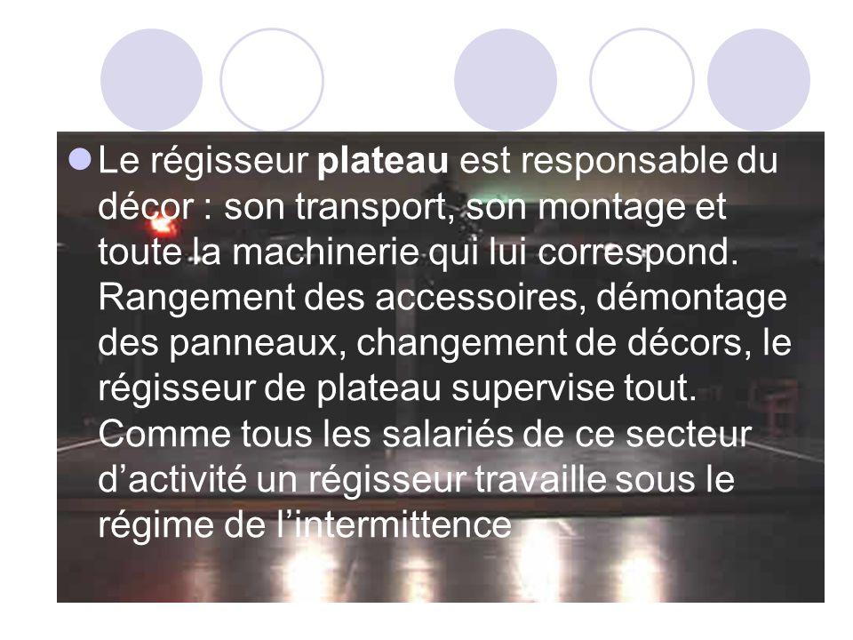 Le régisseur plateau est responsable du décor : son transport, son montage et toute la machinerie qui lui correspond.