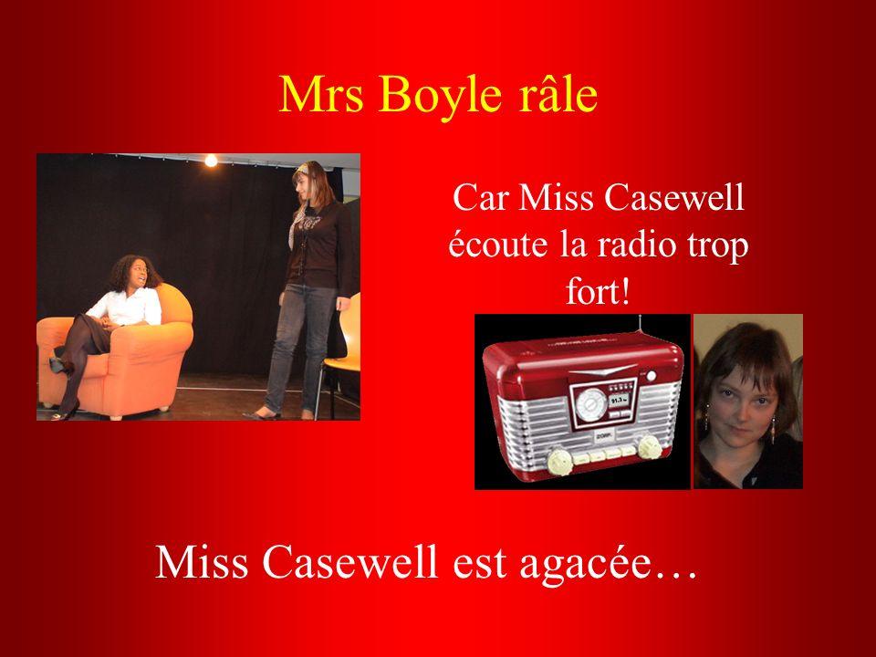 Car Miss Casewell écoute la radio trop fort!